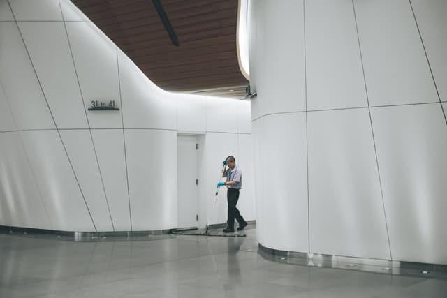 Rengøring på arbejdspladsen i en tid med corona